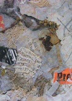 Swoje prace Joanna Kamirska - Niezgoda tworzy z papieru i wtopionych w niego drobnych przedmiotów