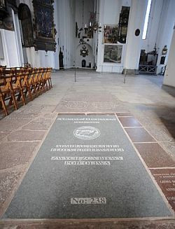 Płyta nagrobna admirała Arendta Dickmanna, dowodzącego polską flotą w bitwie pod Oliwą, umieszczona w 380. rocznicę pogrzebu.