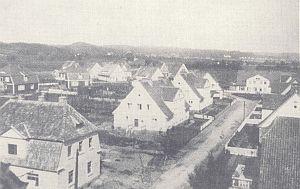 Widok na domy osiedli powstałych w bezpośrednim sąsiedztwie kościoła św. Pawła na Torgauer Weg (dziś: ul. Karłowicza).