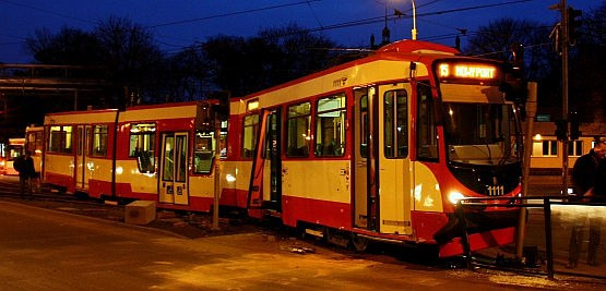 """Zmodernizowany """"Dortmund"""" po wykolejeniu wbił się w sygnalizator świetlny oraz barierki na przystanku tramwajowym."""
