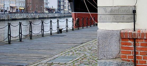 Na budynku Centralnego Muzeum Morskiego wisi tablica, wskazująca poziom wody podczas powodzi, jaka zniszczyła miasto w kwietniu 1829 roku.