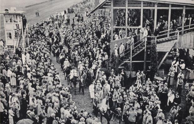 Przedwojenne zawody konne przyciągały na hipodrom w Sopocie tłumy widzów.
