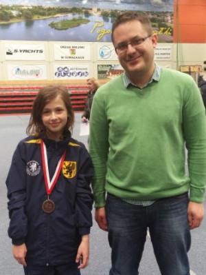 Liwia Jarocka ze srebrnym medalem mistrzostw Polski juniorek do lat 12. Z prawej arcymistrz Aleksander Miśta.