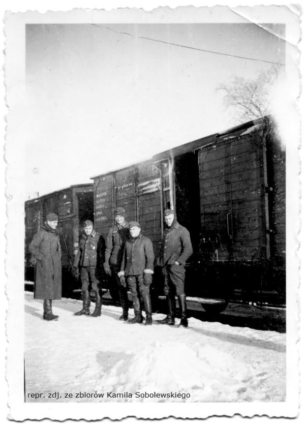 Żołnierze na peronie w Kokoszkach. Zdjęcie wykonane w latach 40. ubiegłego wieku.