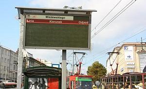 Na przystanku Miszewskiego złe poprowadzenie kabli sprawiło, że tablica jest powieszona tyłem do pasażerów stojących przy wiacie przystankowej.