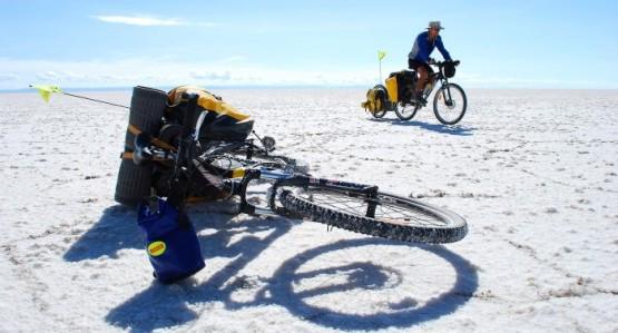 Przykład zapakowania roweru: tradycyjny bagażnik na tył plus jednokołowa przyczepka