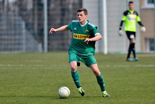 Młodzi piłkarze szkolący się w Akademii Piłkarskiej Lechii Gdańsk przychodzili na treningi czując się częścią klubu i z nadzieją, że kiedyś zagrają w pierwszym zespole. Teraz muszą wybierać pomiędzy dwoma podmiotami. Na zdjęciu Bernard Powszuk.