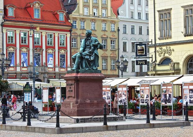 Gdańsk nie był jedynym miastem, który zabiegał o pomnik Sobieskiego. Usilne starania czynił również Wrocław, gdzie po wojnie osiedliło się wielu polskich lwowian. Ostatecznie Sobieski trafił do Gdańska, ale do stolicy Dolnego Śląska trafił inny lwowski pomnik - Aleksandra Fredry. Monument zdobi dziś wrocławski rynek.