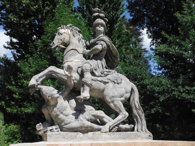 Warszawski pomnik króla Jana III Sobieskiego. Autor lwowskiego pomnika monarchy, Tadeusz Barącz, inspirował się nim przy tworzeniu własnego dzieła. Niechcący powielił brak odpowiednich proporcji między jeźdźcem a rumakiem.