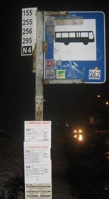 ZTM ma problemy z estetyką i właściwym oznakowaniem przystanków. Jeszcze kilka dni temu na tym przystanku przy ul. Świętokrzyskiej wisiały rozkłady jazdy czterech linii autobusów, choć kursuje ich sześć. Rozkłady poprawiono w ostatni czwartek.