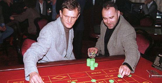 Nikoś w towarzystwie Cezarego Pazury w kasynie w Gdyni w 1996 roku.