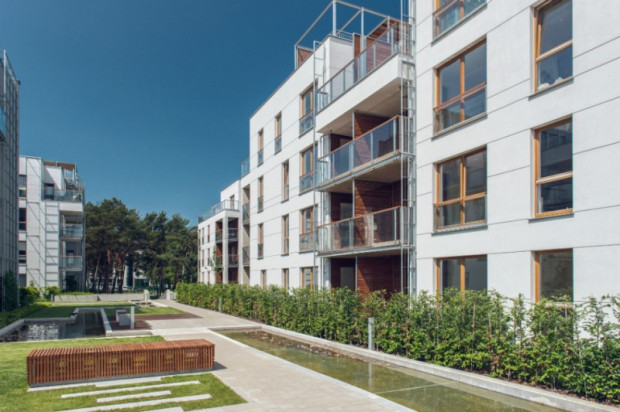 Przestrzeń między budynkami w sąsiednim osiedlu Nadmorski Dwór. Z dokumentacji do decyzji środowiskowej wynika, że podobnie będzie wyglądało to na działce przy al. Hallera.
