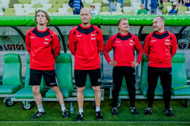 Współpracownicy Jerzego Brzęczka podczas meczu z Cracovią. Pierwszy z lewej Matthias Grahe.
