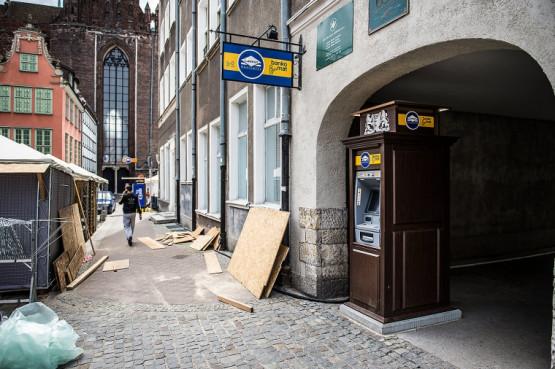 Bankomat, który stoi przy ul. Grobla, ma estetyczną obudowę. Dlaczego nie zainstalowano podobnej na Długim Targu?