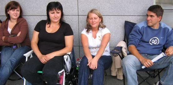 Na iPhone'a czekają pod sklepem w Gdańsku od lewej: Martyna, Iza, Aneta i Krzysiek