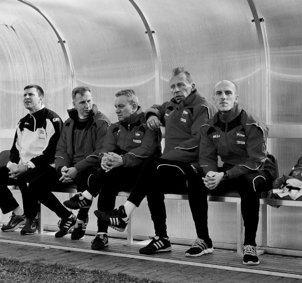 Maciej Kozak na ławce trenerskiej Lechii II Gdańsk (drugi od prawej) jeszcze w minionym sezonie.