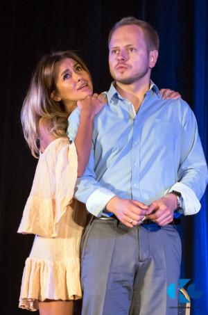"""W roli nierozgarniętej służącej Idy w spektaklu """"O co biega?"""" wystąpi Natalia Siwiec (na zdjęciu z Michałem Zacharkiem, grającym żołnierza Clive'a Wintona). Spektakl pokazany zostanie 15 i 16 sierpnia."""