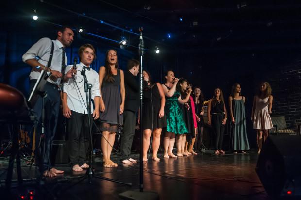 """W tegorocznym Konkursie """"Pamiętajmy o Osieckiej"""" bierze udział 10 finalistów, którzy zgodnie z tradycją tej imprezy, po koncercie wspólnie śpiewają hymn Konkursu - słynną piosenkę """"Okularnicy""""."""
