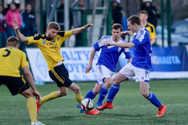 Od przyszłego sezonu liczba zespołów w III lidze zostanie zmniejszona z 138 do 64. Zamiast ośmiu grup podzielonych według klucza geograficznego będą cztery, a to dla wielu klubów oznaczać będzie dalsze wyjazdy. Na zdjęciu kadr z meczu Bałtyku Gdynia z obecnie II-ligowym Gryfem Wejherowo.