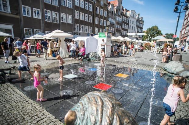 No to do wody dla ochłody - w upalne dni największą frajdę z biegania po wodzie mają oczywiście dzieci. Na zdjęciu Fontanna Czterech Kwartałów w Gdańsku.