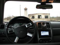 Wnętrze, zwłaszcza kierownica, Chryslera nawiązuje nieco do stylu retro.