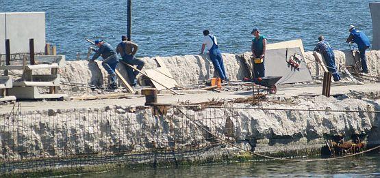 Od strony gdyńskiego portu prace na falochronie już trwają.