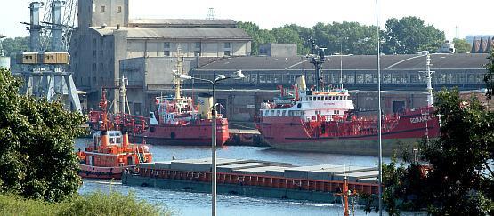 Zamiast przepychać się przez Gdańsk, część ciężarówek rozładuje towar w bazie logistycznej w Elblągu. Stamtąd zostanie on dostarczony małym statkiem dowozowym lub barką na duży statek w portach Trójmiasta.