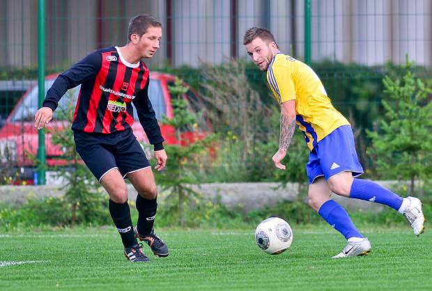 Piłkarzom EX Siedlce (na zdjęciu z lewej Dawid Siekiera) w końcu udało się wynająć boisko w Gdańsku. Dotychczas swoje spotkania rozgrywali aż Przejazdowie. Teraz występować będą na Oruni.