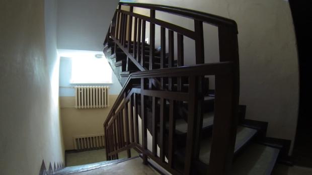 Pacjenci dawnego ośrodka zdrowia szli do gabinetów drewnianymi schodami.