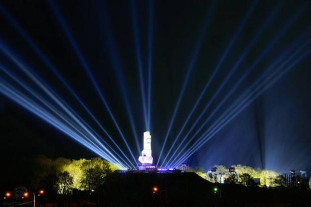 Imponująca iluminacja Pomnika Obrońców Wybrzeża, którą zaprezentowano podczas tegorocznych obchodów zakończenia II wojny światowej w Europie.