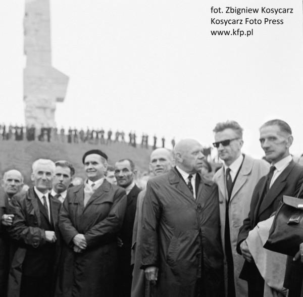 Uroczystość odsłonięcia Pomnika Obrońców Wybrzeża. Po lewej stronie zdjęcia, widoczni twórcy projektu monumentu: Adam Haupt oraz Franciszek Duszeńko. 9 października 1966 r.