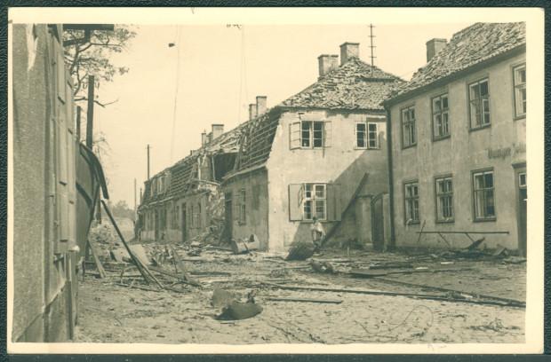 Zniszczony budynek Gdańskiego Urzędu Celnego w Nowym Porcie. Zniszczenia nie spowodowali polscy obrońcy Westerplatte (nie dysponowali bronią mogącą wyrządzić takie straty), lecz niemiecki torpedowiec ostrzeliwujący pozycje Polaków na Westerplatte (pociski przeleciały nad półwyspem) bądź samolot Luftwaffe, który bombardował 2 września Westerplatte.