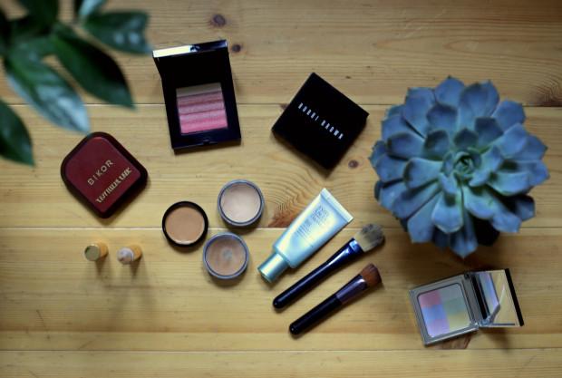 Istnieją dwa sposoby konturowania twarzy: na mokro i na sucho. W zależności od tego, na który się decydujemy będziemy potrzebować fluidów w różnych odcieniach (jaśniejszym i ciemniejszym od naszego podkładu), bronzera, różu oraz rozświetlacza. Przydadzą się również pędzle do makijażu.
