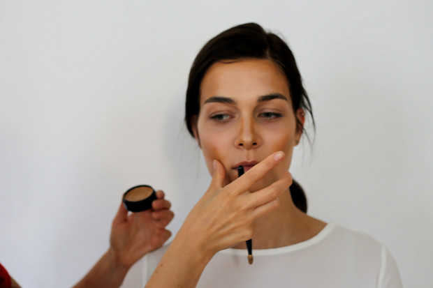 Nakładając bronzer przy skroniach oraz na linii włosów optycznie skrócimy i wysmuklimy twarz.