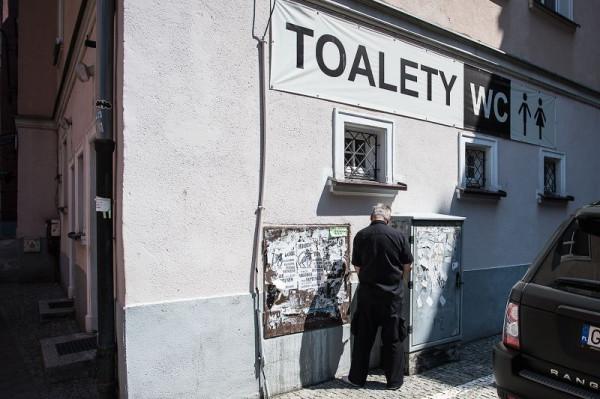 Fetor moczu unoszący się w zaułkach zabytkowej części Gdańska to problem, z którym władze miasta nie radzą sobie od lat. Nie dość, że uprzykrza mieszkańcom życie, to odstrasza turystów.