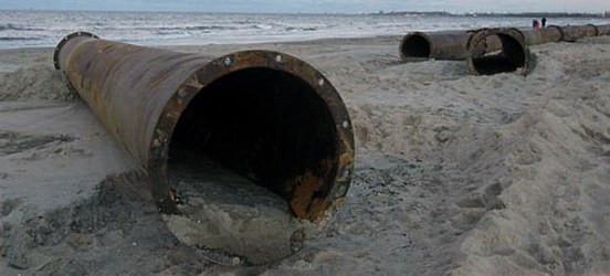 Spacerujący po plaży w Jelitkowie mogą się natknąć na nietypowe przeszkody.