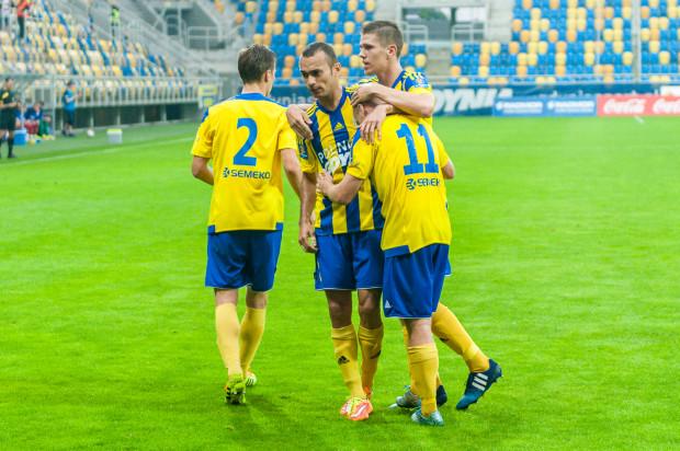 Piłkarze Arki dwukrotnie cieszyli się po golach w meczu z Pogonią. Ich autorami byli Michał Marcjanik (z prawej) i Rafał Siemaszko (nr 11).
