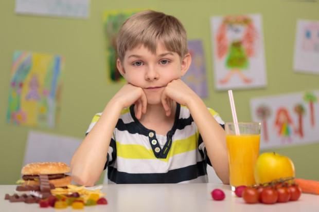 Smaczne, ale niezdrowe, czy mniej smaczne, ale zdrowe? Część dzieci nie chce zrezygnować z ulubionego jedzenia, dlatego zakupy, zamiast w szkolnym sklepiku, robi w drodze do szkoły.