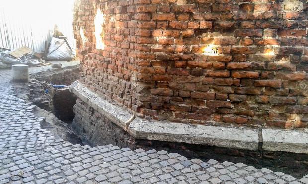 Wokoło Baszty Jacek obecnie odkopane są fundamenty, które doczekają się izolacji.