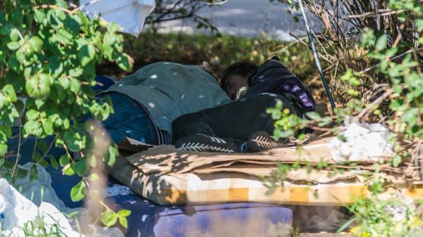 Bezdomnych, którzy przebywają w krzakach, nietrudno odnaleźć. Koczują na skwerze praktycznie przez cały dzień.