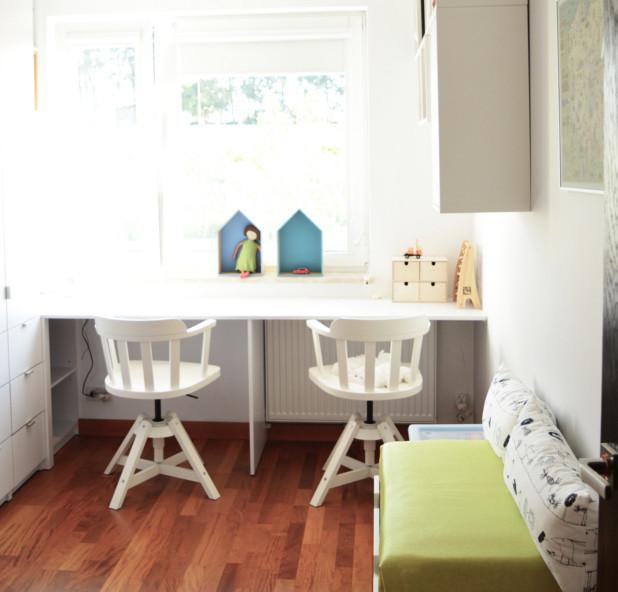Biurko umieszczone pod oknem zapewni najlepsze do pracy oświetlenie naturalne - pod warunkiem, że dokładnie w okno nie świeci słońce.