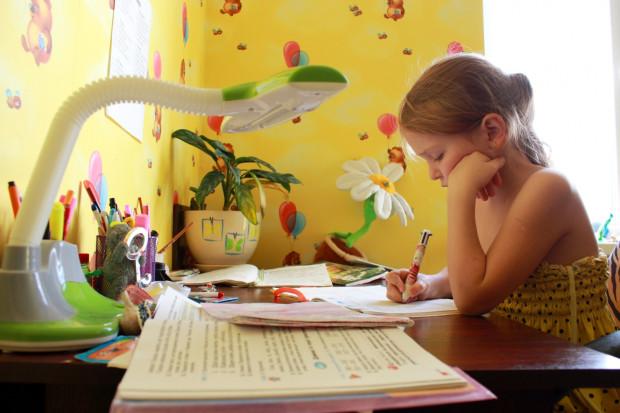 Regulowana lampa nad biurkiem pozwoli dostosować kierunek oświetlenia do tego, czym akurat zajmuje się dziecko.