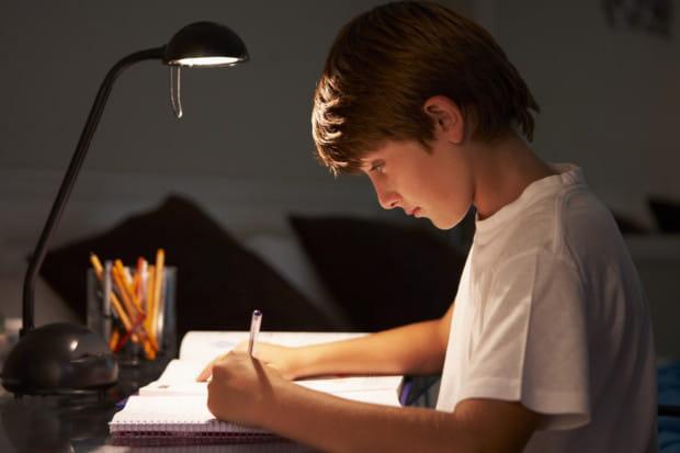 Oświetlenie trzeba także dopasować do tego, którą ręką pisze i rysuje dziecko.