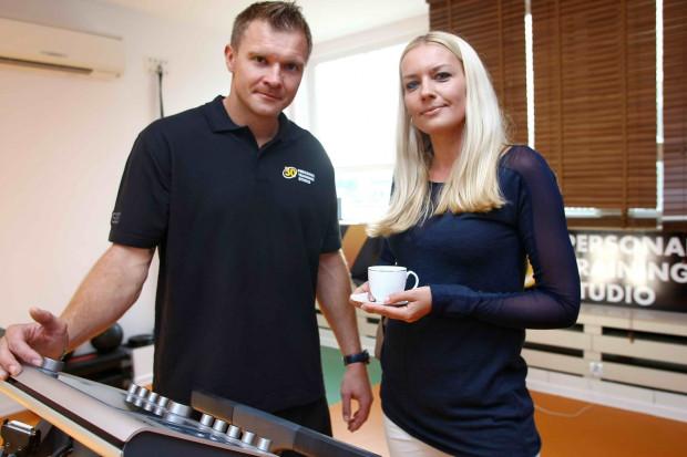 Dawid Nilsson (z lewej) trening EMS przetestował w trakcie przygotowań do sezonu. Szczypiornista zamierza promować tą technologię w Trójmieście.