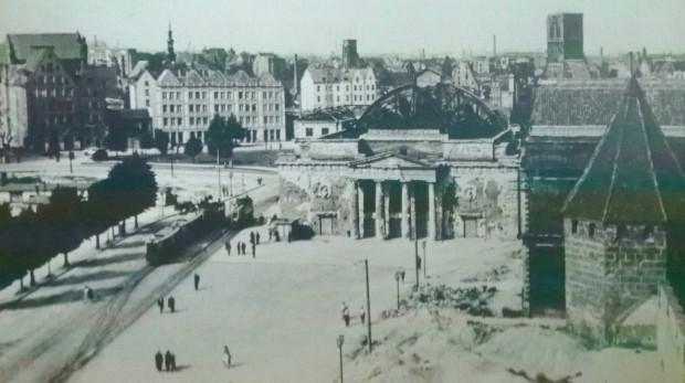 Widok na Targ Węglowy. Pośrodku wypalona ruina gmachu przedwojennego teatru, którą rozebrano dopiero pod koniec lat 50. W jej miejscu wybudowano modernistyczny budynek Teatru Wybrzeże.