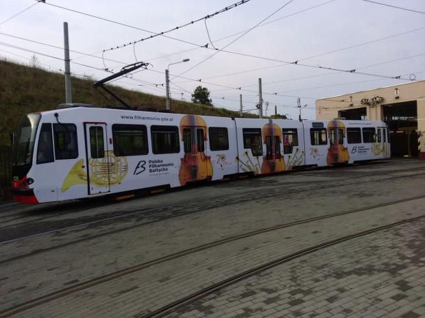 Na gdańskich ulicach można spotkać tramwaj oklejony filharmonicznym, jubileuszowym logo.