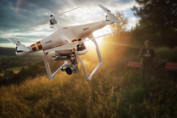 Dron to nie tylko narzędzie pracy ekip filmowych. Bezzałogowe urządzenie może też uratować ludzkie życie - dzięki nim w ekspresowym tempie można dostarczyć np. gotowe do akcji defibrylatory.