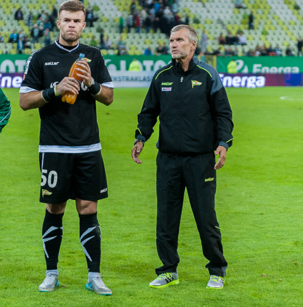 Po przegranej z Legią Warszawa Thomas von Heesen (z prawej) będzie musiał poważnie porozmawiać nie tylko z bramkarzem Marko Mariciem.
