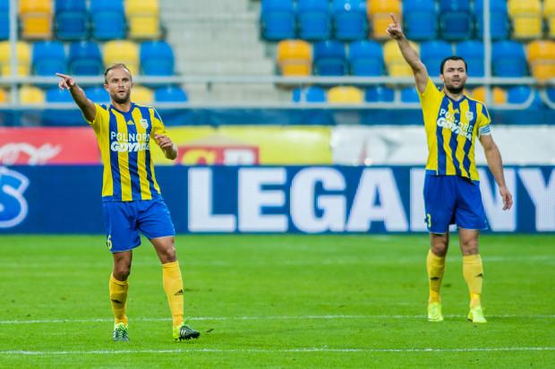 Czy Antoni Łukasiewicz (z lewej) i Krzysztof Sobieraj wskazują kierunek, w którym podąży w tabeli I ligi Arka po sobotnim meczu z Sandecją Nowy Sącz?
