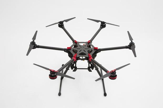 DJI S900 (5,5 tys. zł) - dron do samodzielnego złożenia, dzięki czemu można go łatwo transportować.